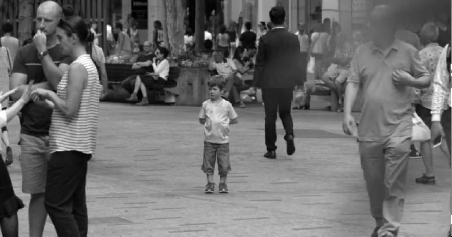 niño perdido blanco y negro